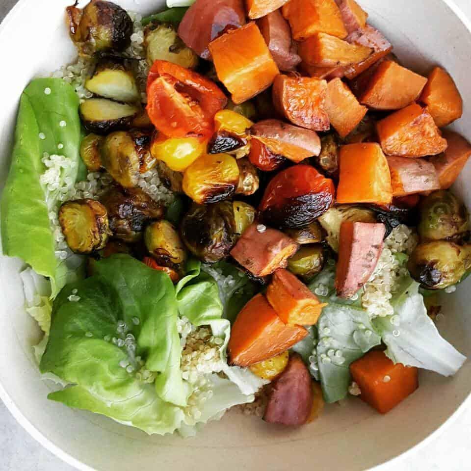 ארוחת סלט קינואה עם ירקות בתנור